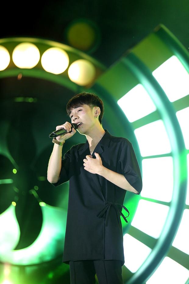 Sơn Tùng bay show vẫn diễn cực sung, Soobin Hoàng Sơn cởi phanh áo khiến fan phát cuồng - Ảnh 16.