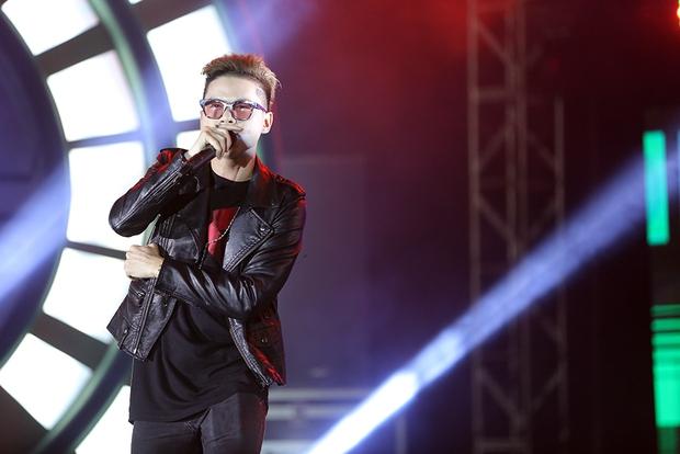 Sơn Tùng bay show vẫn diễn cực sung, Soobin Hoàng Sơn cởi phanh áo khiến fan phát cuồng - Ảnh 13.