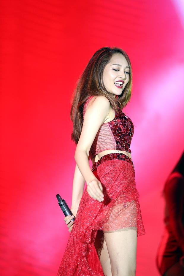Sơn Tùng bay show vẫn diễn cực sung, Soobin Hoàng Sơn cởi phanh áo khiến fan phát cuồng - Ảnh 7.