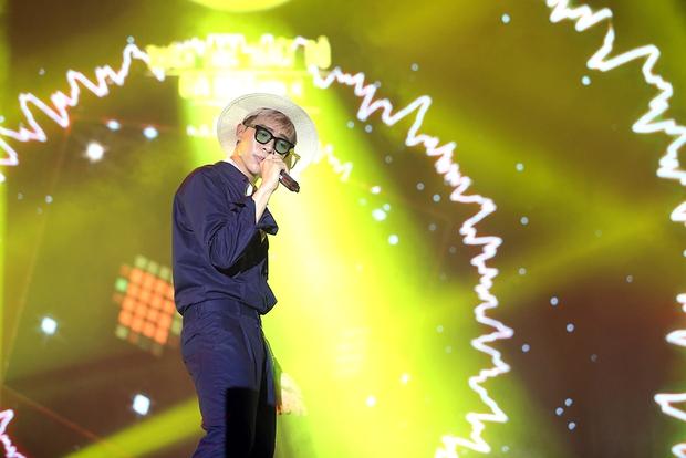 Sơn Tùng bay show vẫn diễn cực sung, Soobin Hoàng Sơn cởi phanh áo khiến fan phát cuồng - Ảnh 12.