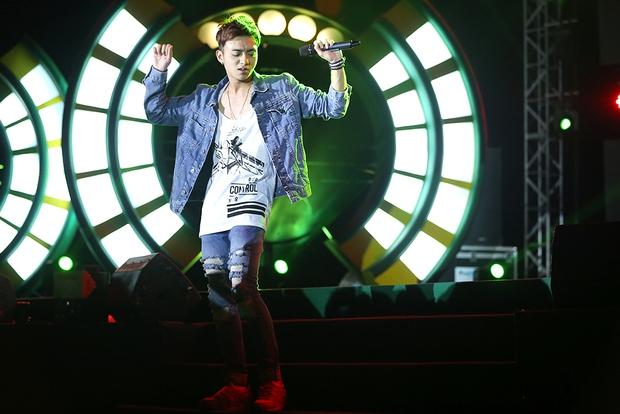 Sơn Tùng bay show vẫn diễn cực sung, Soobin Hoàng Sơn cởi phanh áo khiến fan phát cuồng - Ảnh 5.
