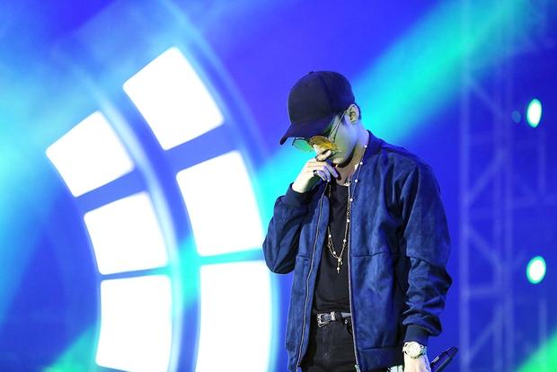 Sơn Tùng bay show vẫn diễn cực sung, Soobin Hoàng Sơn cởi phanh áo khiến fan phát cuồng - Ảnh 1.