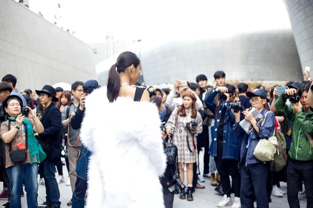 HOT: Mai Ngô & Lan Khuê nổi bần bật trên ghế khách mời tại Seoul Fashion Week - Ảnh 28.