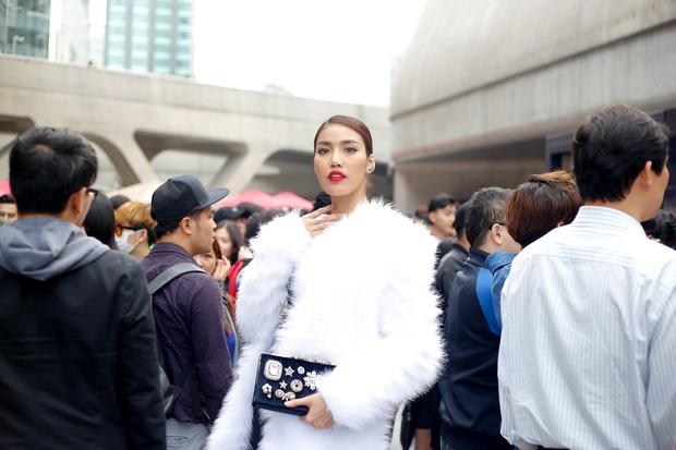 HOT: Mai Ngô & Lan Khuê nổi bần bật trên ghế khách mời tại Seoul Fashion Week - Ảnh 30.