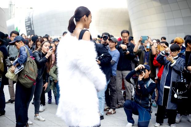 HOT: Mai Ngô & Lan Khuê nổi bần bật trên ghế khách mời tại Seoul Fashion Week - Ảnh 31.
