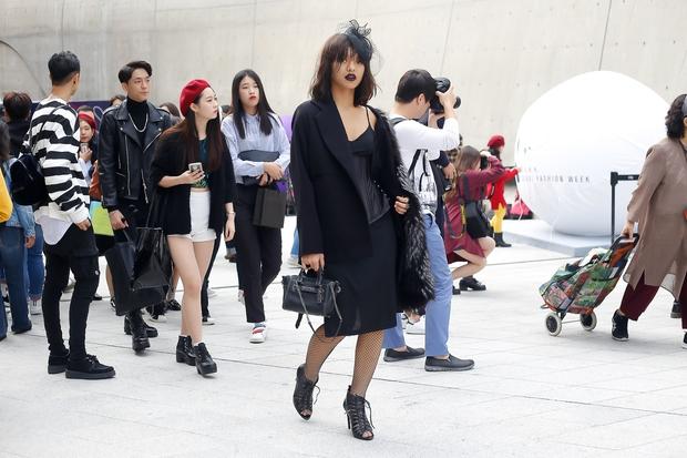 HOT: Mai Ngô & Lan Khuê nổi bần bật trên ghế khách mời tại Seoul Fashion Week - Ảnh 25.