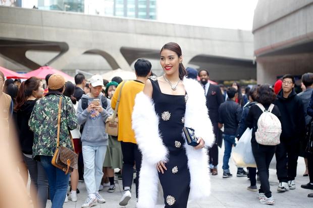 HOT: Mai Ngô & Lan Khuê nổi bần bật trên ghế khách mời tại Seoul Fashion Week - Ảnh 33.