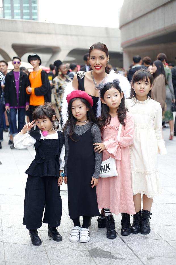 HOT: Mai Ngô & Lan Khuê nổi bần bật trên ghế khách mời tại Seoul Fashion Week - Ảnh 34.
