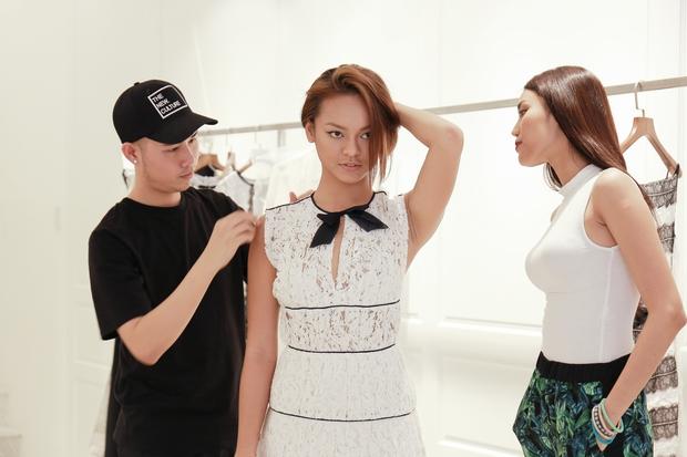 Lan Khuê cặm cụi chỉnh sửa váy áo cho team trước show thời trang - Ảnh 5.