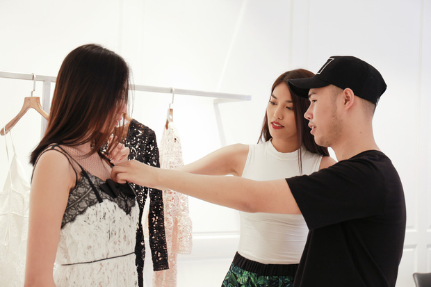 Lan Khuê cặm cụi chỉnh sửa váy áo cho team trước show thời trang - Ảnh 7.