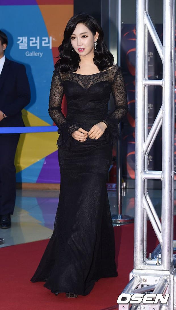 Seohyun (SNSD) đọ sắc nóng bỏng cùng đàn chị, Junsu bị chê vì tóc xù mì trên thảm đỏ nhạc kịch - Ảnh 11.