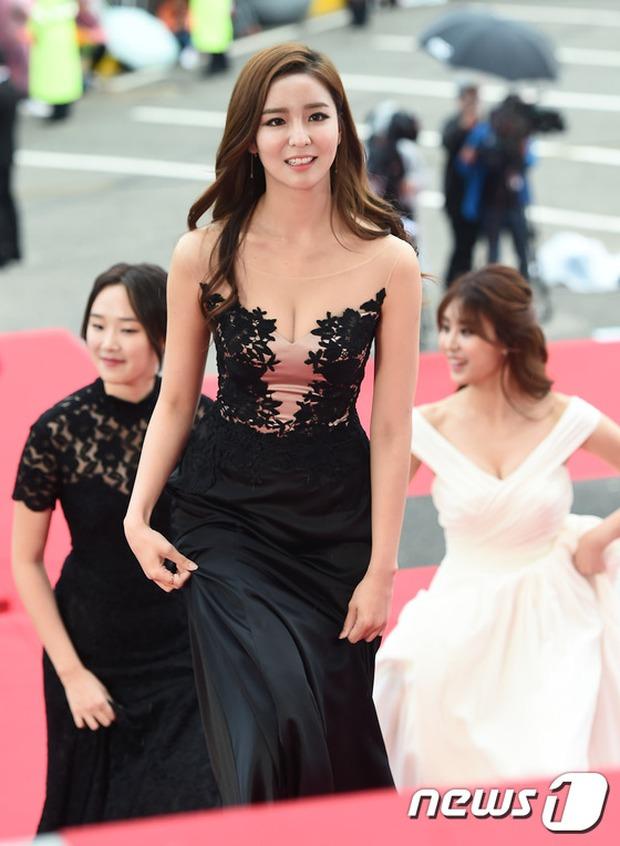 Thảm đỏ Oscar Hàn Quốc: Mỹ nhân đua nhau khoe vòng một, tân Hoa hậu - Á hậu bị chê kém sắc - Ảnh 12.