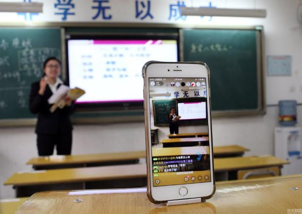 Trung Quốc: Giáo viên livestream dạy học cho học sinh ở nhà vì môi trường quá ô nhiễm - Ảnh 2.