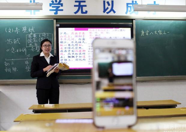 Trung Quốc: Giáo viên livestream dạy học cho học sinh ở nhà vì môi trường quá ô nhiễm - Ảnh 1.