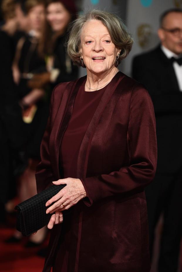 Loạt mỹ nhân Hollywood diện váy trễ nải khoe vòng 1 trên thảm đỏ Oscar Anh Quốc - Ảnh 10.