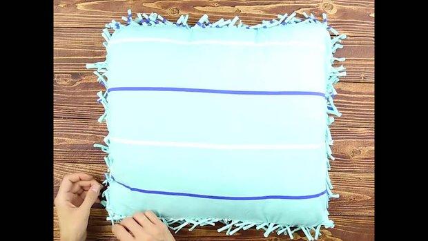 Chỉ vài đường cắt biến ngay áo thun cũ thành vỏ gối siêu xinh xắn - Ảnh 9.