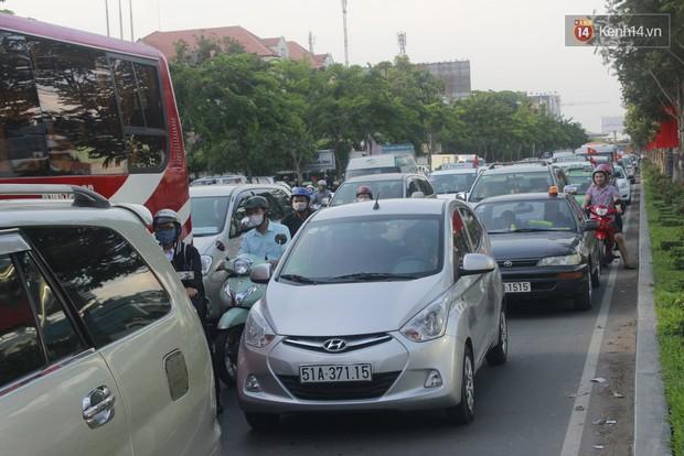 Người dân hai miền rời thành phố về nghỉ lễ, bến xe, sân bay đông nghịt - Ảnh 16.