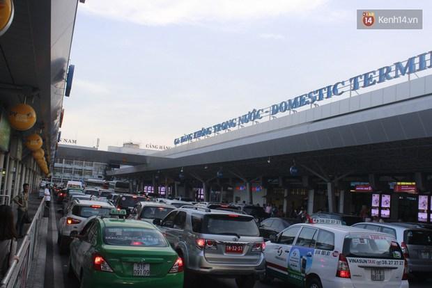 Người dân hai miền rời thành phố về nghỉ lễ, bến xe, sân bay đông nghịt - Ảnh 17.