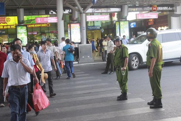 Người dân hai miền rời thành phố về nghỉ lễ, bến xe, sân bay đông nghịt - Ảnh 19.