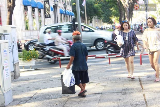 Trên phố Sài Gòn, lặng người nhìn ông cụ uống ly cà phê thừa lấy ra từ thùng rác... - Ảnh 3.
