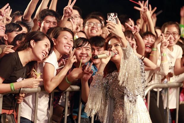 Sơn Tùng M-TP chất lừ, Hoàng Thùy Linh gợi cảm khiến 20.000 sinh viên muốn phá rào tiếp cận - Ảnh 11.