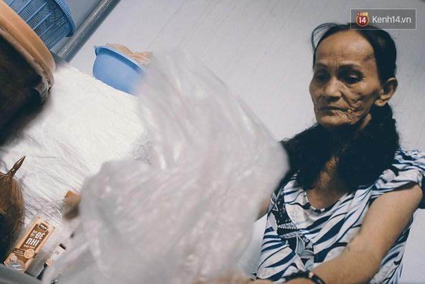 Vợ Việt chồng Tây hơn 20 năm lang thang Sài Gòn, bán vé số nuôi con trai thiểu năng - Ảnh 2.