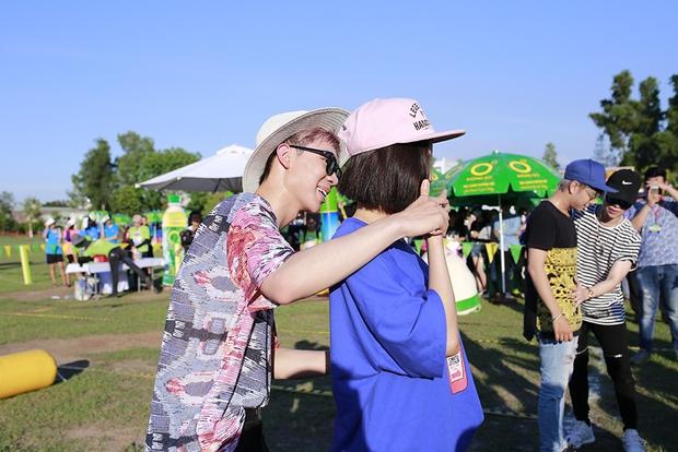 Sơn Tùng M-TP, Soobin Hoàng Sơn ăn vội bánh ngọt cứu đói trước đêm nhạc sinh viên - Ảnh 32.