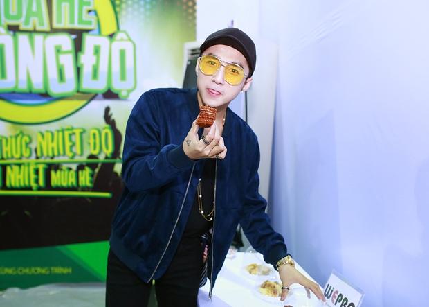 Sơn Tùng M-TP, Soobin Hoàng Sơn ăn vội bánh ngọt cứu đói trước đêm nhạc sinh viên - Ảnh 3.