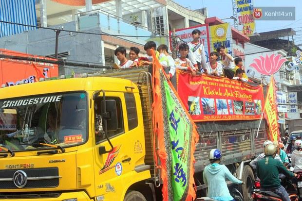 Biển người đội nắng chen chúc trong lễ hội rước Bà lớn nhất Bình Dương - Ảnh 2.