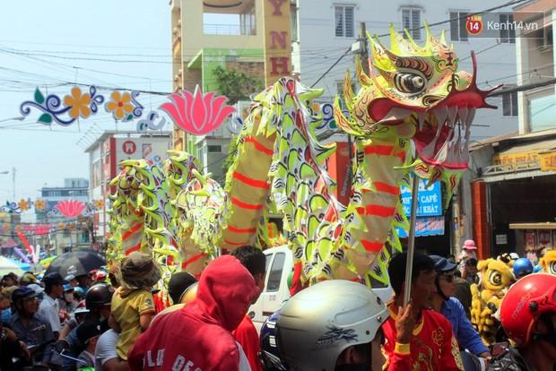 Biển người đội nắng chen chúc trong lễ hội rước Bà lớn nhất Bình Dương - Ảnh 3.