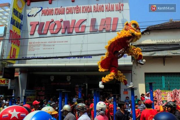 Biển người đội nắng chen chúc trong lễ hội rước Bà lớn nhất Bình Dương - Ảnh 4.
