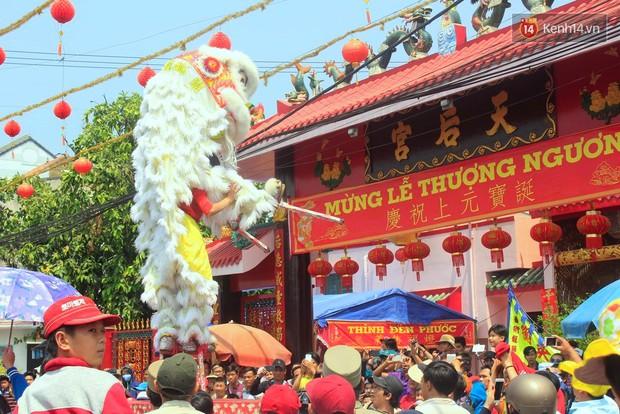 Biển người đội nắng chen chúc trong lễ hội rước Bà lớn nhất Bình Dương - Ảnh 5.