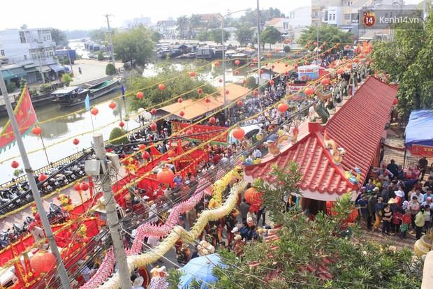 Biển người đội nắng chen chúc trong lễ hội rước Bà lớn nhất Bình Dương - Ảnh 6.