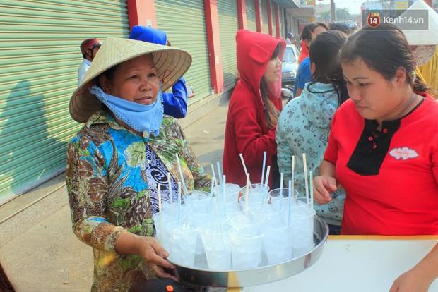 Hàng trăm ly trà đá miễn phí mát lòng khách thập phương đến viếng chùa Bà Thiên Hậu - Ảnh 2.