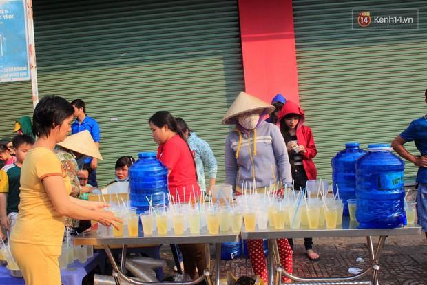 Hàng trăm ly trà đá miễn phí mát lòng khách thập phương đến viếng chùa Bà Thiên Hậu - Ảnh 4.