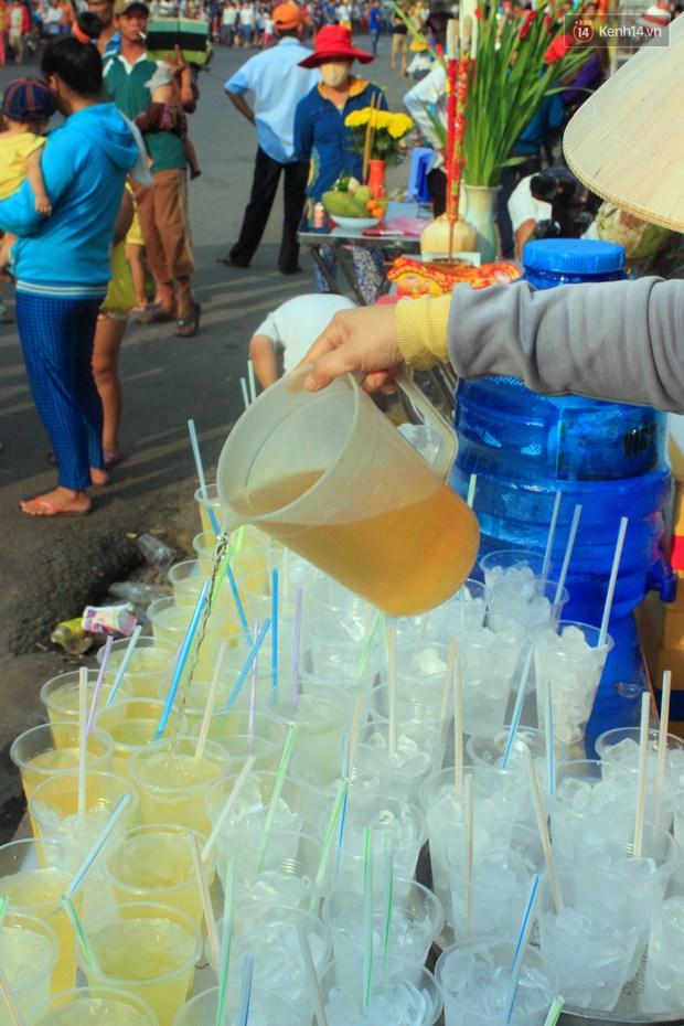 Hàng trăm ly trà đá miễn phí mát lòng khách thập phương đến viếng chùa Bà Thiên Hậu - Ảnh 3.