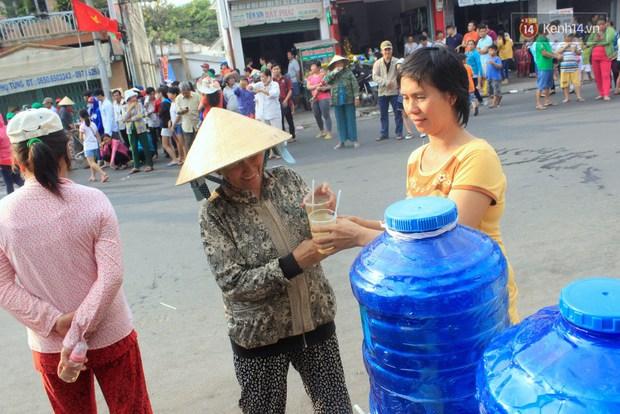 Hàng trăm ly trà đá miễn phí mát lòng khách thập phương đến viếng chùa Bà Thiên Hậu - Ảnh 6.