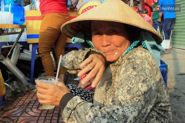 Hàng trăm ly trà đá miễn phí mát lòng khách thập phương đến viếng chùa Bà Thiên Hậu - Ảnh 7.