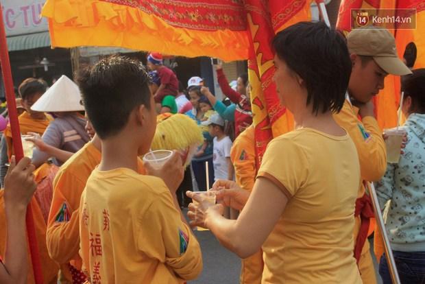 Hàng trăm ly trà đá miễn phí mát lòng khách thập phương đến viếng chùa Bà Thiên Hậu - Ảnh 9.