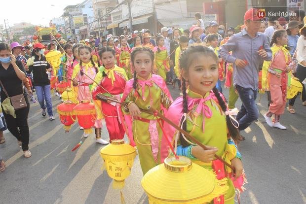 Biển người đội nắng chen chúc trong lễ hội rước Bà lớn nhất Bình Dương - Ảnh 7.