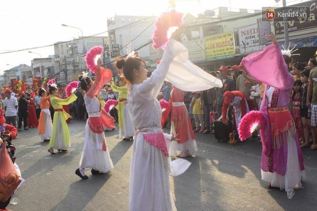 Biển người đội nắng chen chúc trong lễ hội rước Bà lớn nhất Bình Dương - Ảnh 8.