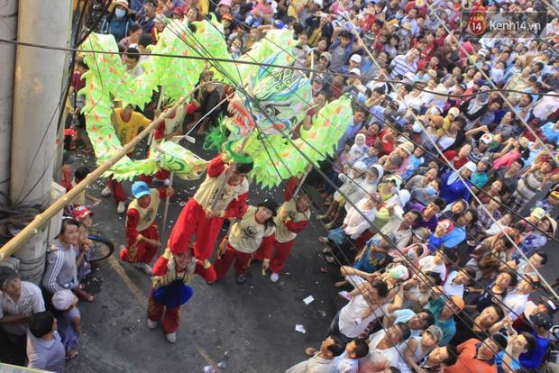 Biển người đội nắng chen chúc trong lễ hội rước Bà lớn nhất Bình Dương - Ảnh 11.