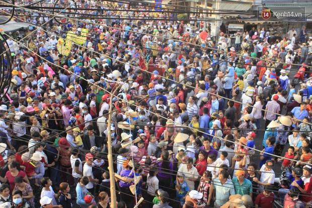 Biển người đội nắng chen chúc trong lễ hội rước Bà lớn nhất Bình Dương - Ảnh 12.