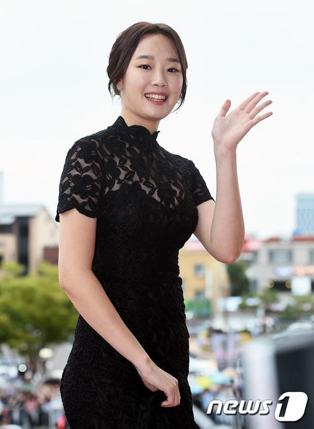 Thảm đỏ Oscar Hàn Quốc: Mỹ nhân đua nhau khoe vòng một, tân Hoa hậu - Á hậu bị chê kém sắc - Ảnh 15.