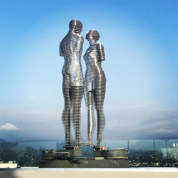 Thiên tình sử đẫm nước mắt đằng sau hai bức tượng tình nhân nổi tiếng ở Gruzia - Ảnh 1.