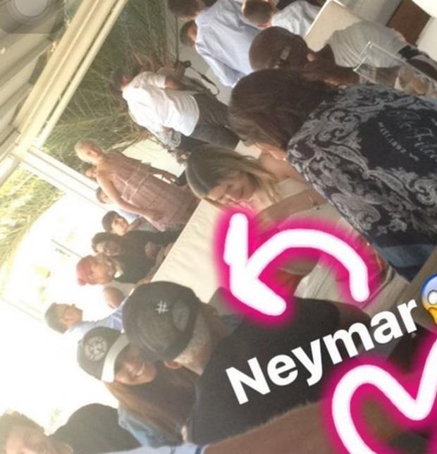 Neymar bị phát hiện đi ăn trưa với bạn gái cũ - Ảnh 1.