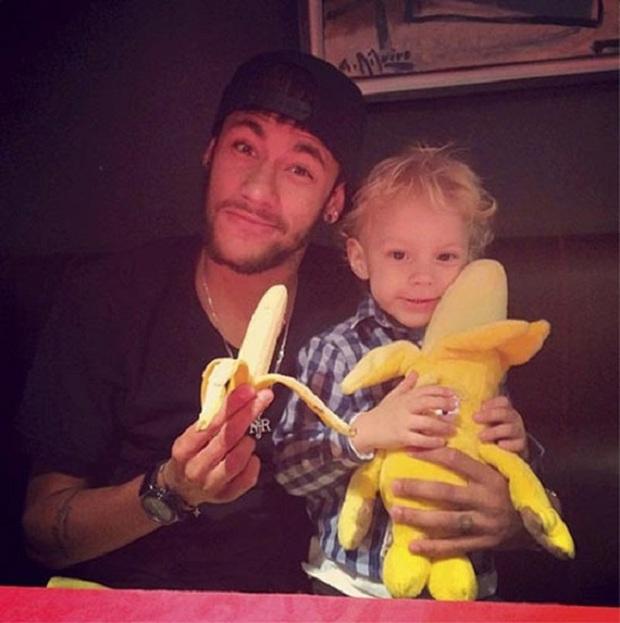 """Những khoảnh khắc hài hước """"khó đỡ"""" của Neymar và con trai cưng - Ảnh 8."""