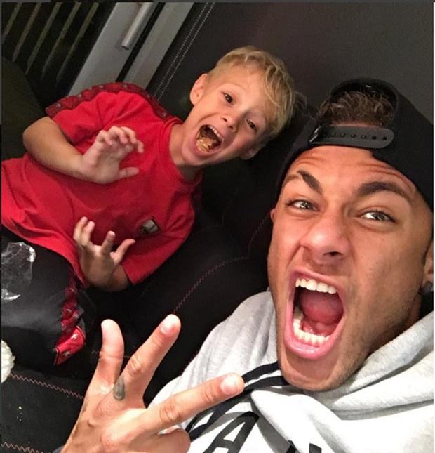 """Những khoảnh khắc hài hước """"khó đỡ"""" của Neymar và con trai cưng - Ảnh 1."""