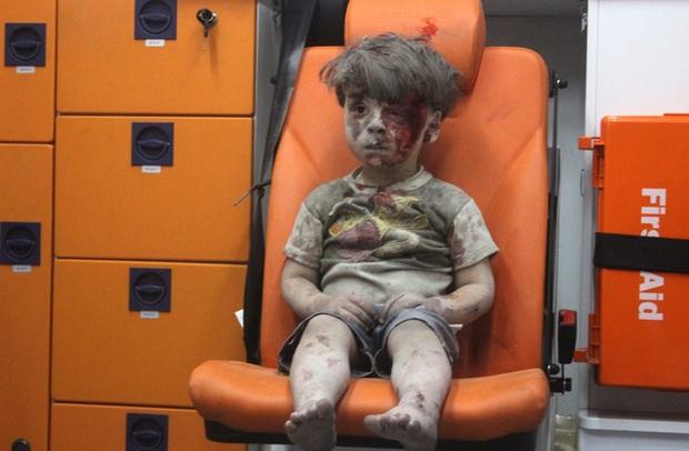 Trước khi bom nổ, cô bé Syria này vẫn say sưa ca hát đầy hạnh phúc - Ảnh 1.