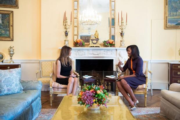 Tâm đầu ý hợp với Hillary Clinton, bà Obama cũng chọn đồ tím để tiếp vợ Donald Trump - Ảnh 1.